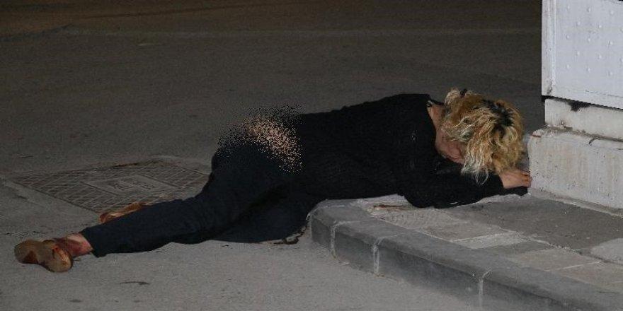 Sokak ortasında yürüyen travesti bıçaklandı