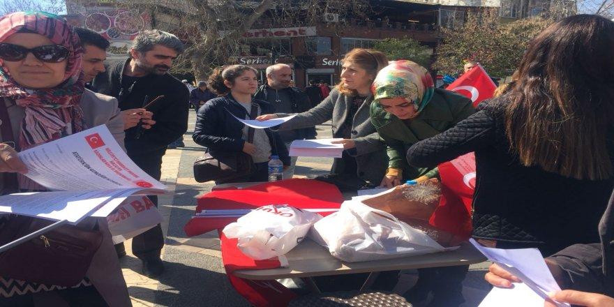 MHP Kadın Kolları bayrak dağıttı