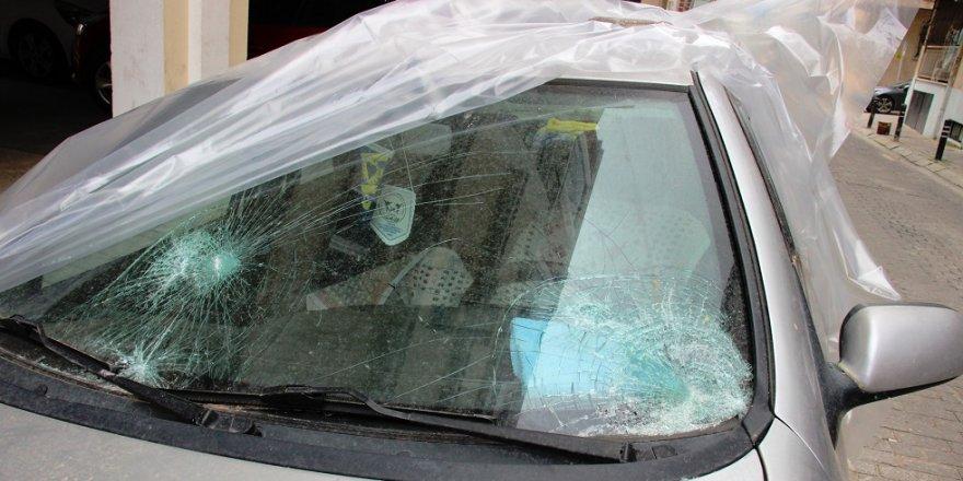 Otomobilin camını parke taşıyla parçaladı