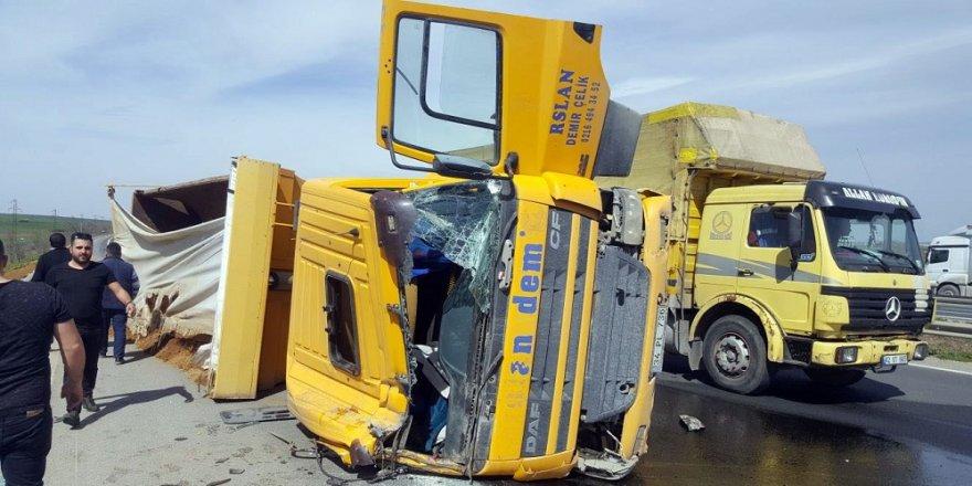 Kontrolden çıkan kamyon yan yattı