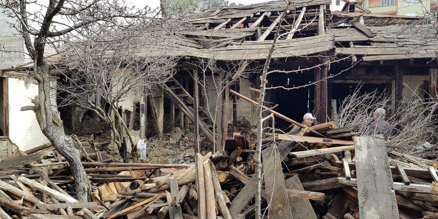Virane evler yıkılıyor