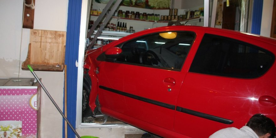 Kadın sürücü aracıyla dükkana daldı