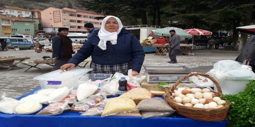 60 yaşındaki kadın, geçimini kendi ürettiği ürünleri satarak sağlıyor