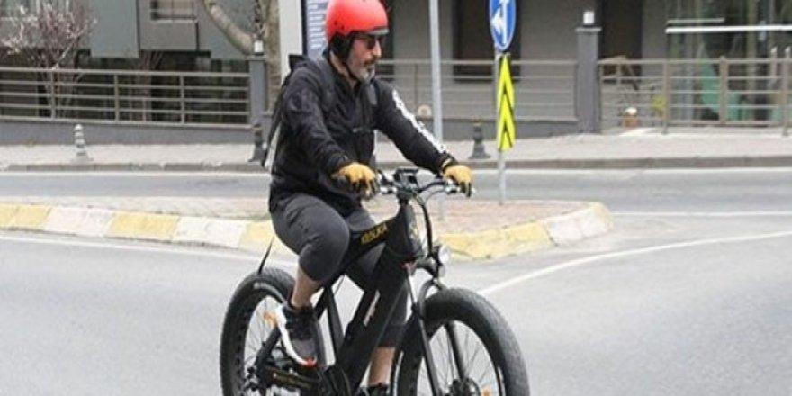 Cem Yılmaz, 16 bin liralık bisikletiyle yollarda
