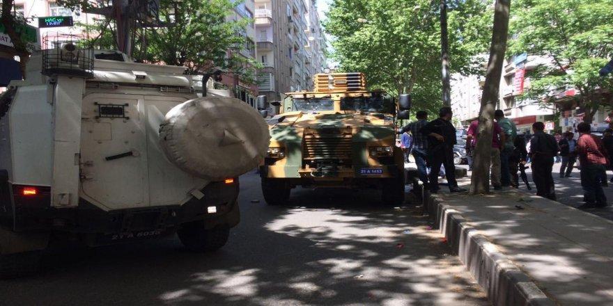Askeri araç sivil aracı ezdi