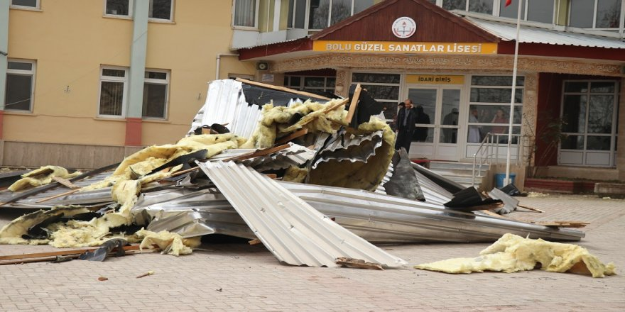 Şiddetli rüzgar okulun çatısını uçurdu