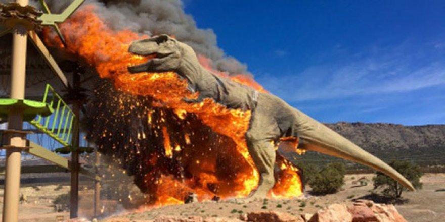 Dev dinozor maketi kül oldu