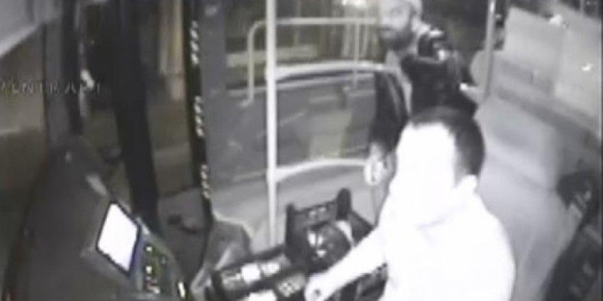 Otobüs şoförünün boğazına bıçak dayadı