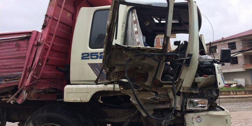 Freni patlayan kamyon duvara çarptı