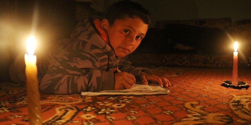 Türk askeri olmak için mum ışığında ders çalışıyor