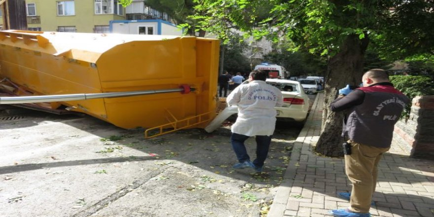 Toprak boşaltan hafriyat kamyonu devrildi