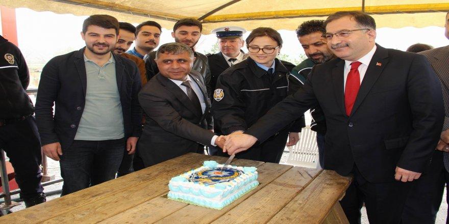 Uygulama yapan polislere pastalı sürpriz
