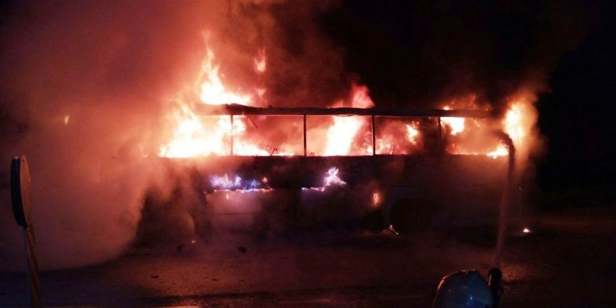 Seyir halindeki tur otobüsü alev alev yandı