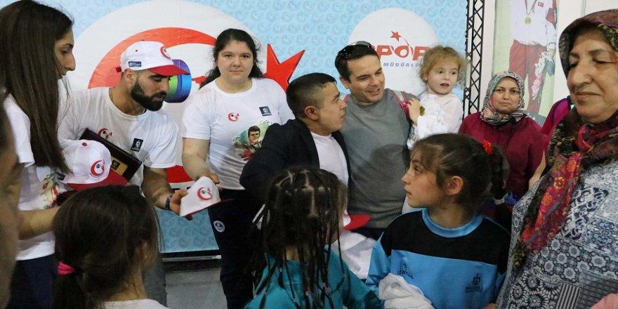 Halil Mutlu, 23 Nisan çocukları ile buluştu