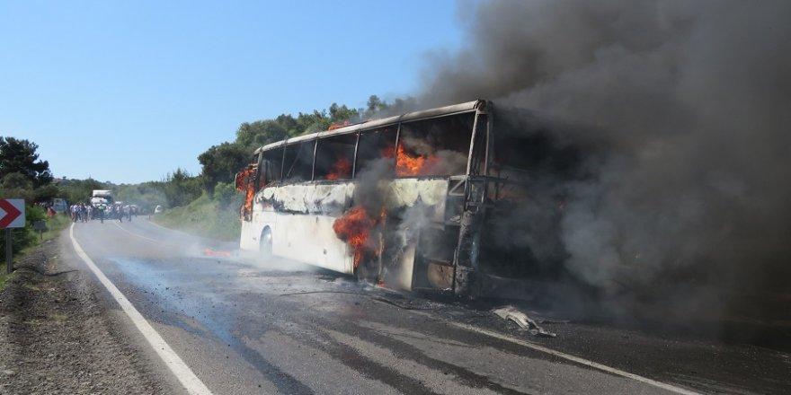 Anzakları taşıyan tur otobüsü yandı