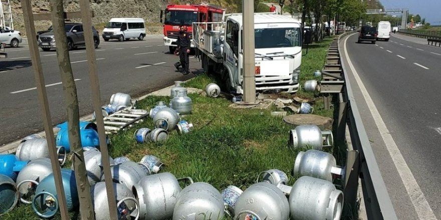 Tüp yüklü kamyonet kamyonla çarpıştı