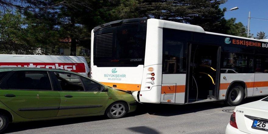 Belediye otobüsü ile otomobil çarpıştı; 2 yaralı