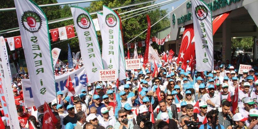 İşçiler 1 Mayıs'ı şeker fabrikasının önünde kutladı