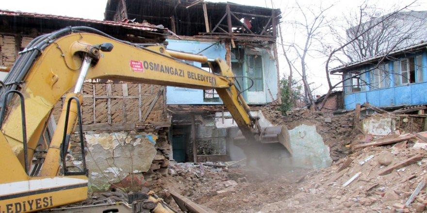 72 metruk bina yıkıldı