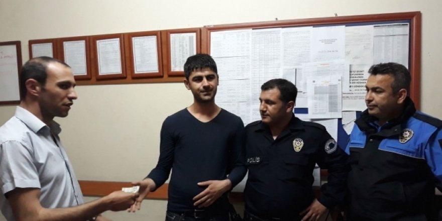 ATM'de bulduğu parayı polise teslim etti