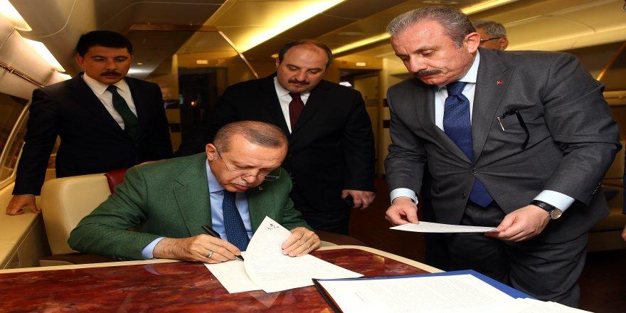 Erdoğan,seçimlerin en kritik imzasını uçakta attı