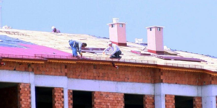Çatıdaki işçiler, yürekleri ağza getirdi
