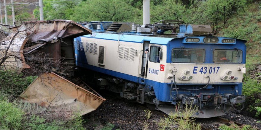 İki yük treni çarpıştı, 4 vagon raydan çıktı!
