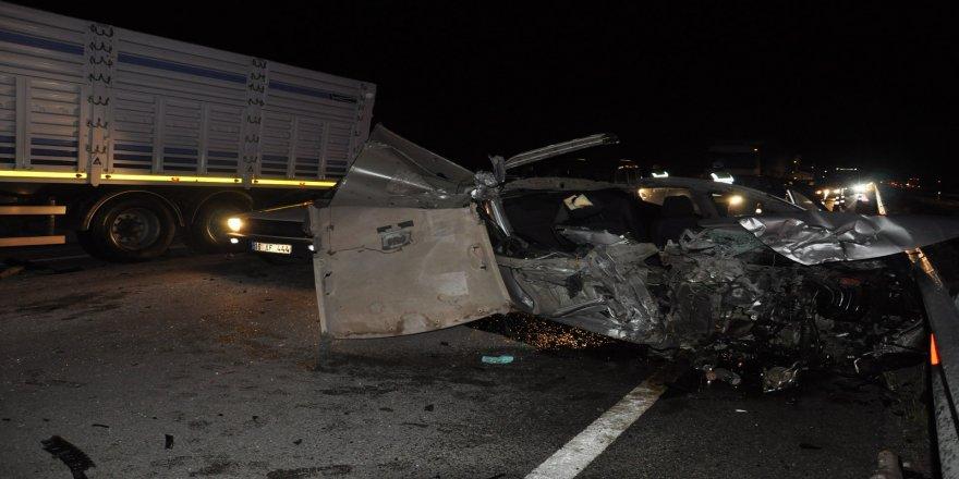 Otomobil park halindeki TIR'a arkadan çarptı