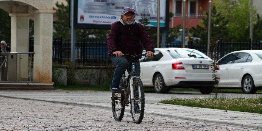 Profesörün 68 yıllık bisiklet tutkusu