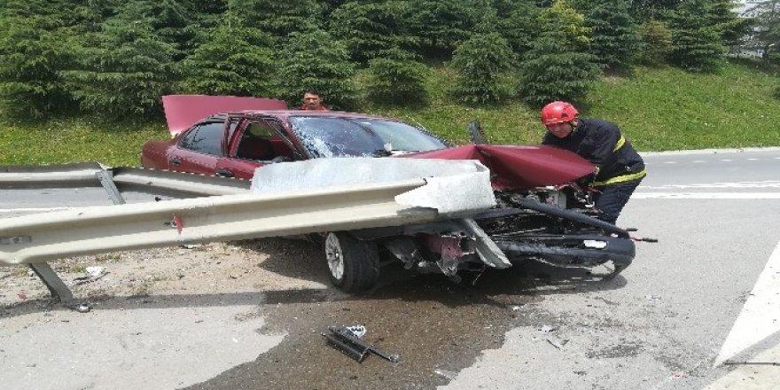 Virajı alamayan otomobil bariyerlere çarptı: 1 yaralı
