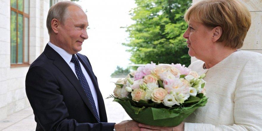 Putin, Merkel'e neden çiçek verdi?