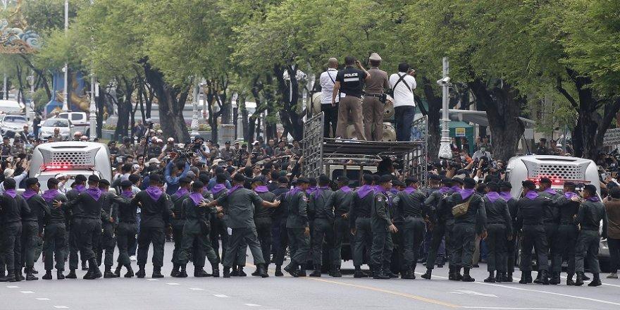 Hükümet karşıtı yürüyüşe polis engeli