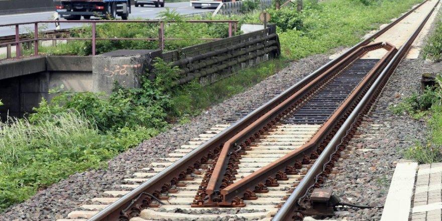 Trenin altında kalan çocuk öldü