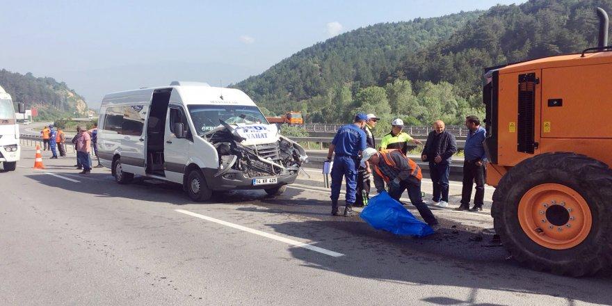 Memurları taşıyan minibüs, iş makinesine çarptı: 10 yaralı