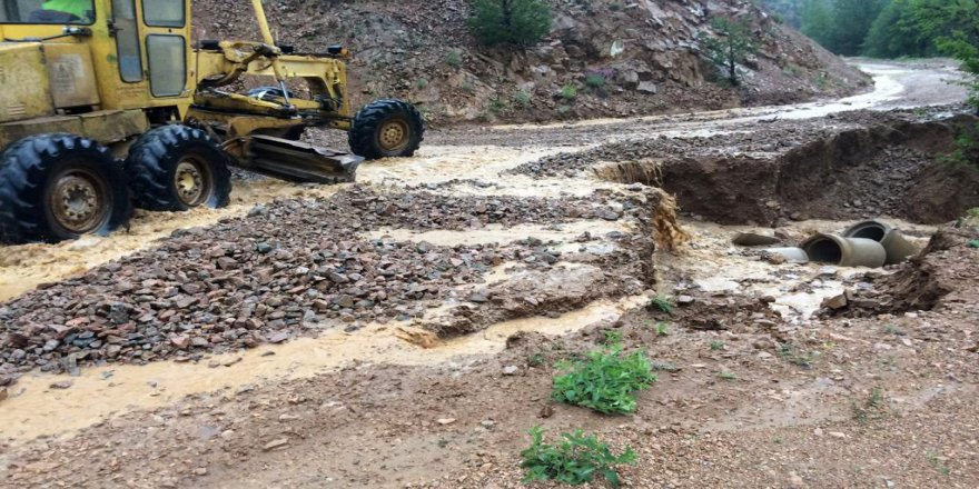 yağmur ve dolu köy yollarına zarar verdi