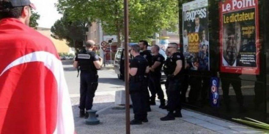 Fransa skandal afişleri tekrar astı!