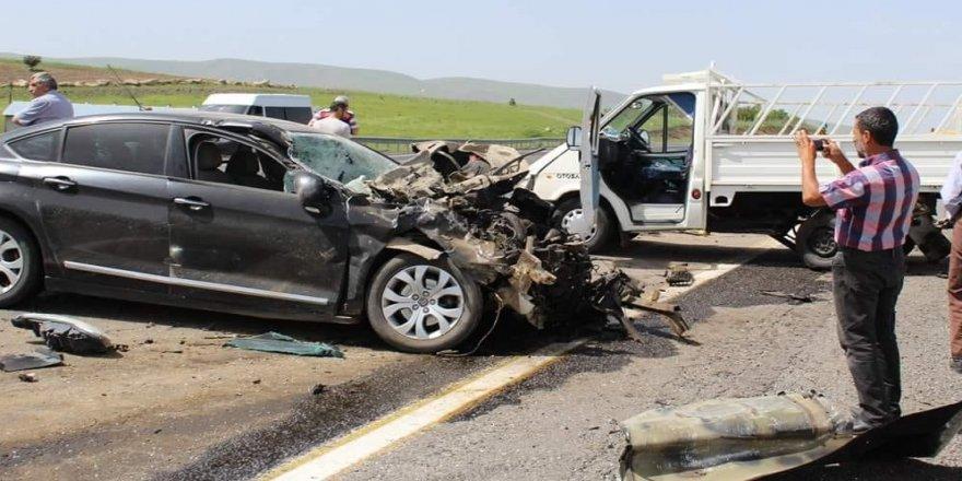Otomobil, kamyonete arkadan çarptı