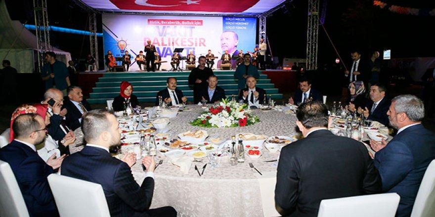 Erdoğan, binlerce kişiyle iftar yaptı