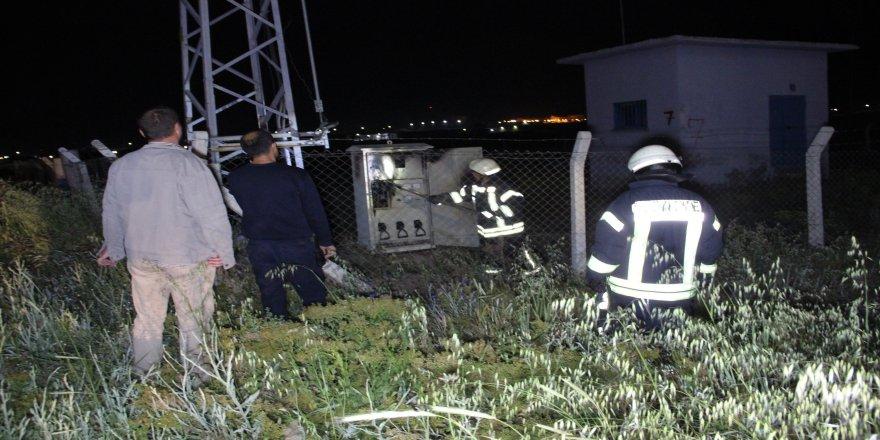 Yüksek gerilim direğinin elektrik panosu yandı