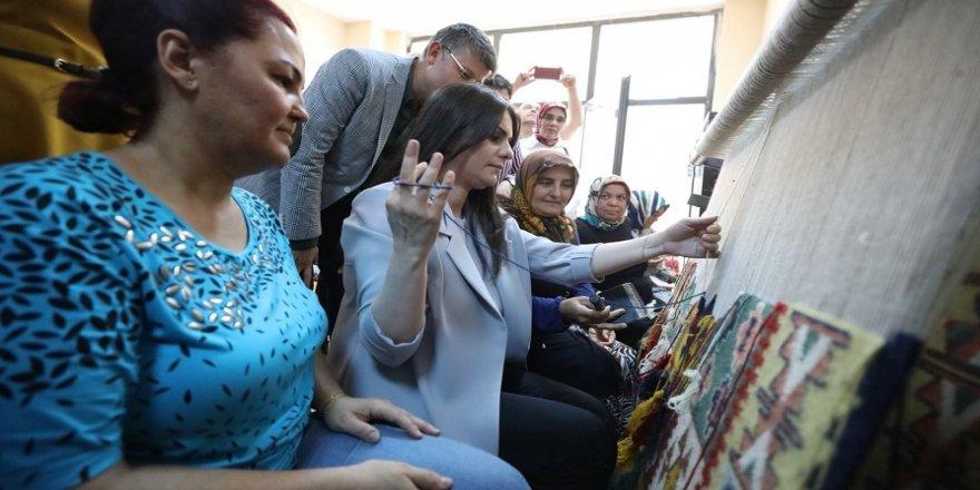Bakan Sarıeroğlu, kadınlarla kilim dokudu