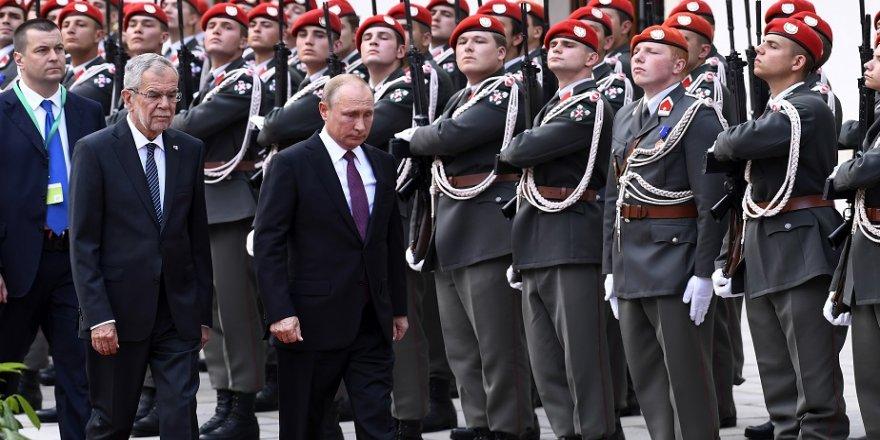Putin, Avusturya'da resmi törenle karşılandı