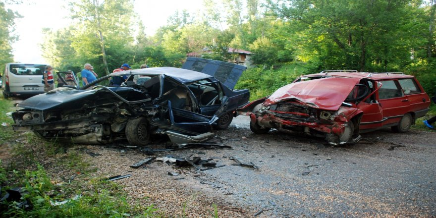İki otomobil kafa kafaya çarpıştı: 1 ölü, 12 yaralı