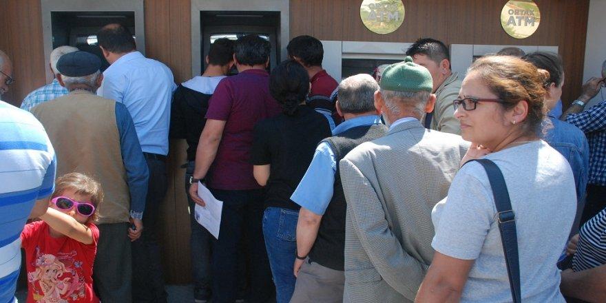 Emekliler ATM'ler önünde kuyruk oluşturdu