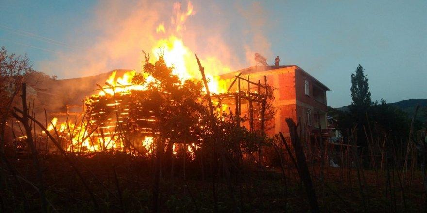 Ahşap bina cayır cayır yandı