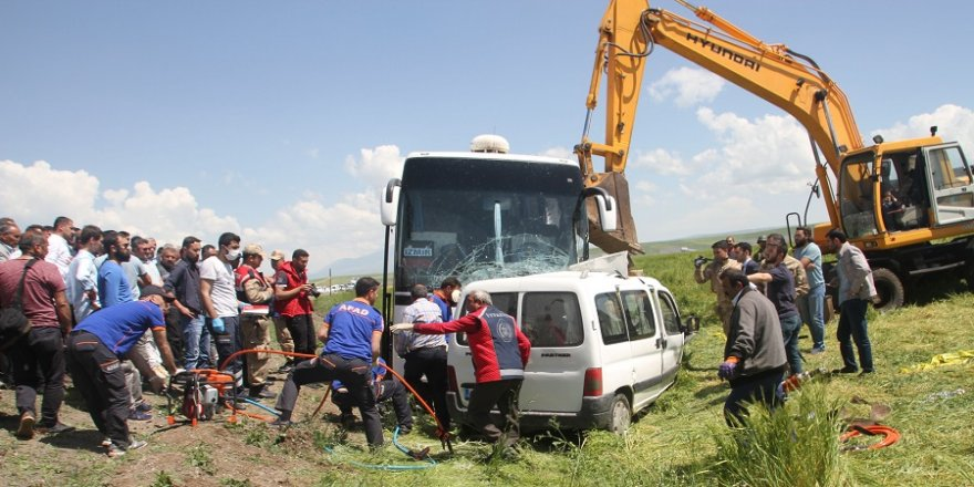 Kamyonetle yolcu otobüsü çarpıştı