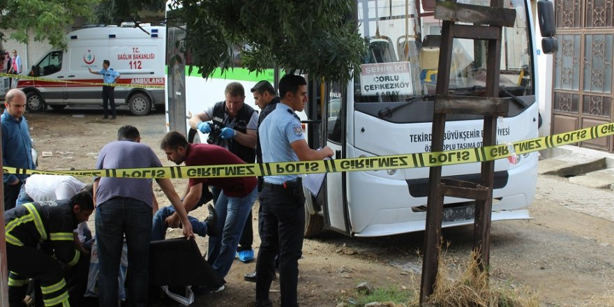 Minibüsün kapısına sıkışan şoför öldü