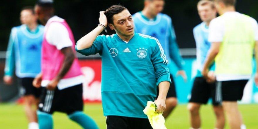Mesut Özil'den Almanya'ya iyi haber!