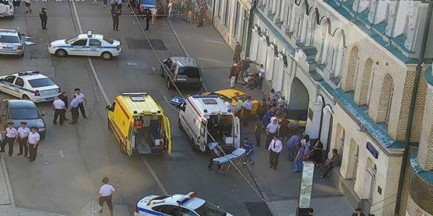 Taksi kalabalığın arasına daldı: 7 yaralı