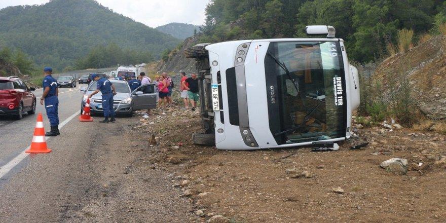 Tur otobüsü devrildi