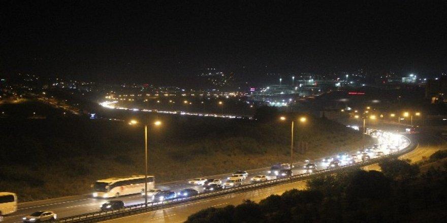 Tatilcilerin dönüşü gece saatlerinde de TEM'i kilitledi